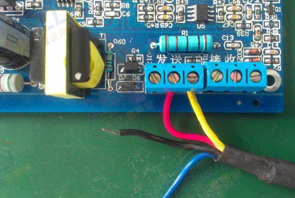 2.三芯的超声波换能器跟开发板接线 只要超声波换能器信号线中的红色线接发送这里的中间端子,黄色线接发送这里的右边端子,白色线接发送这里的左边端子。  3.三芯的超声波换能器跟开发板接线 只要超声波换能器信号线中的红色线接发送这里的中间端子,黑色线接发送这里的右边端子,白色线接发送这里的左边端子。  二、开发板波形查看说明 测量开发板时,接入24V电源,可用示波器测量连接座J17中间脚处发射点电压。发射点电压为脉冲电压,脉冲电压峰峰值为800V(PCB板用16:270变压器)与200V