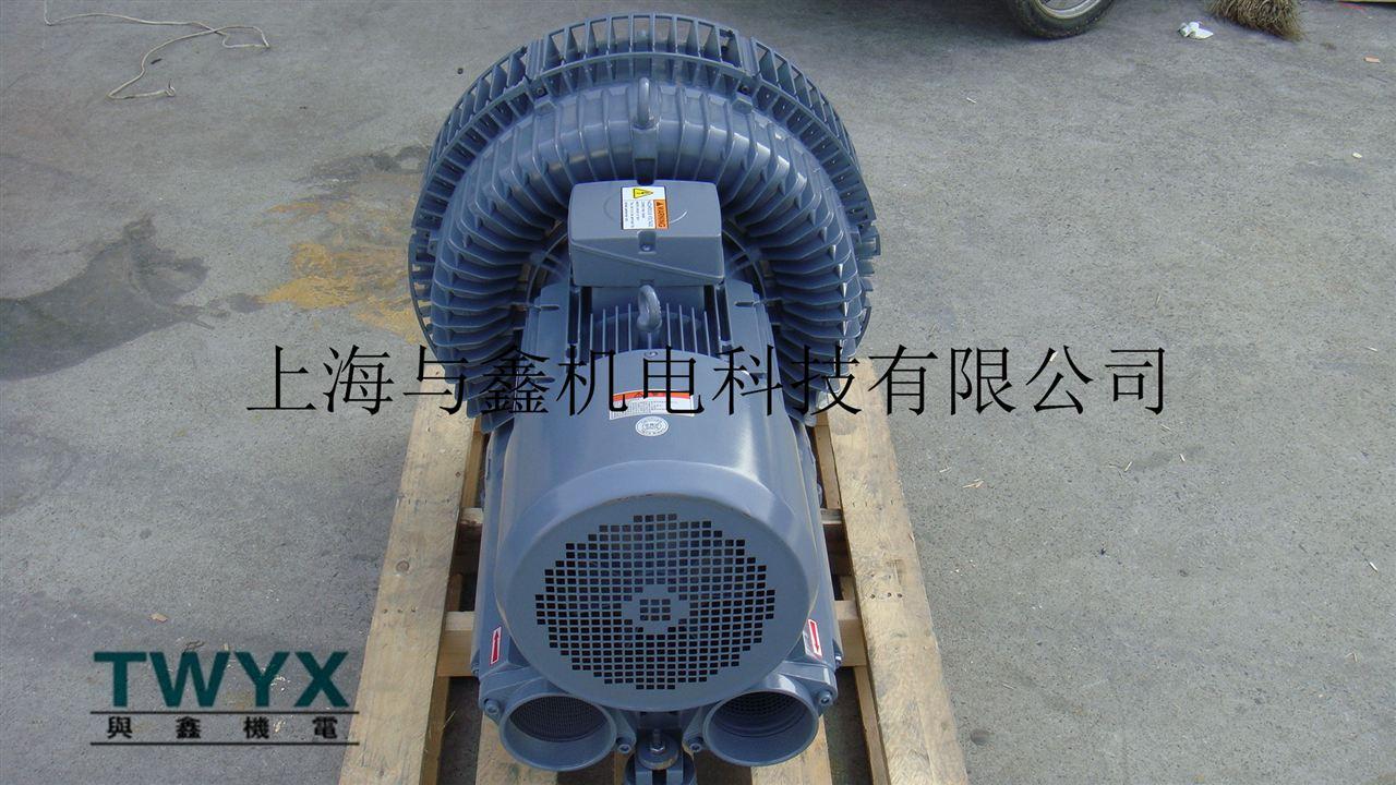吸送鼓风机优点: 所有的7.5kw高压吸送风机的电机均为IP55的防护等级,H级绝缘 采用双频(50/60Hz)及宽电压的电机使其满足几乎世界上所有地区的电压等级 7.5kw高压吸送风机轴承采用外置式设计,使得产品能够承受较高的工作温度,并提高了产品的运行可靠性和使用寿命 引进变频驱动新概念,7.